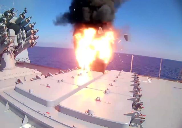 俄羅斯海軍「艾森海軍上將」號巡防艦發射「口徑」巡航導彈