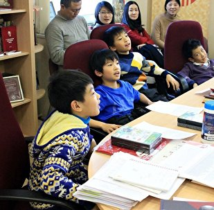 中国青年冰球运动员学俄语(图片资料)