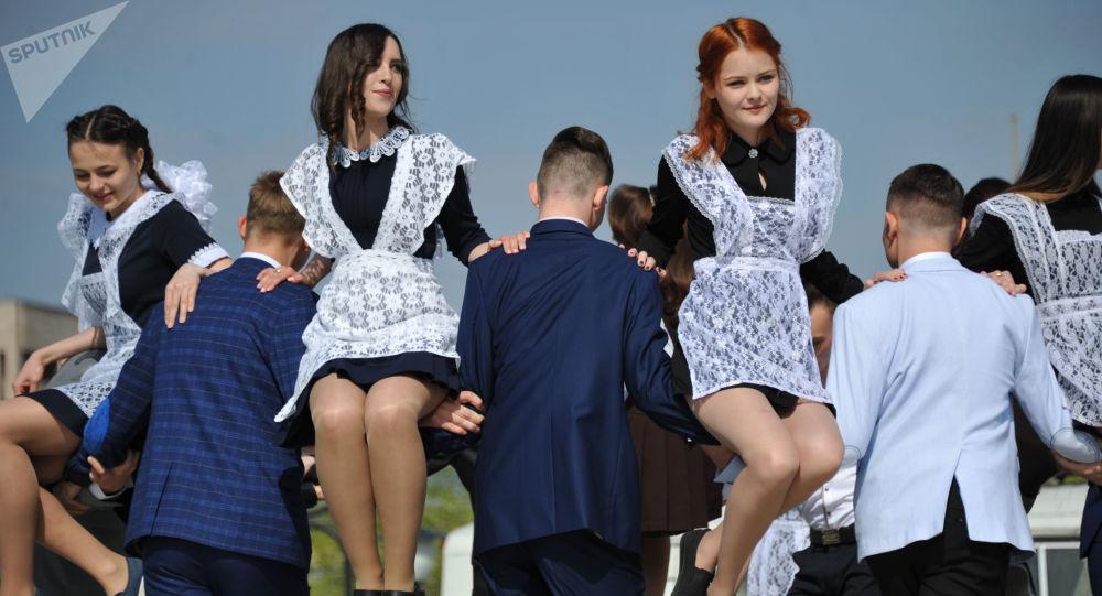 约8万警察在俄罗斯毕业钟声中保驾护航