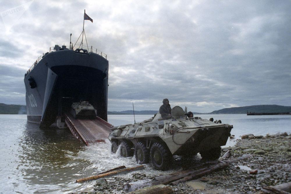 通過「米特羅凡·莫斯卡連科」號大型登陸艦開展乘船登陸訓練。