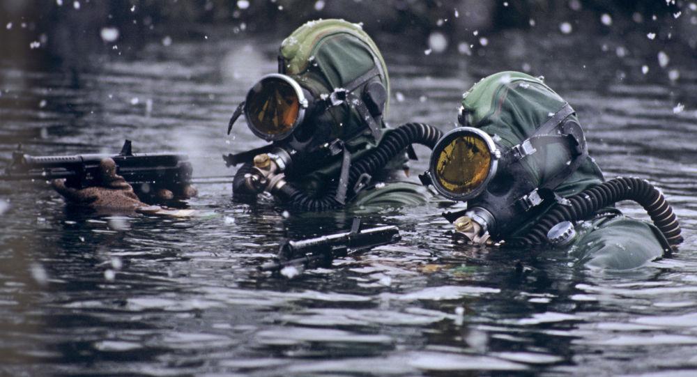 俄海军首次对潜水员进行下潜400米训练