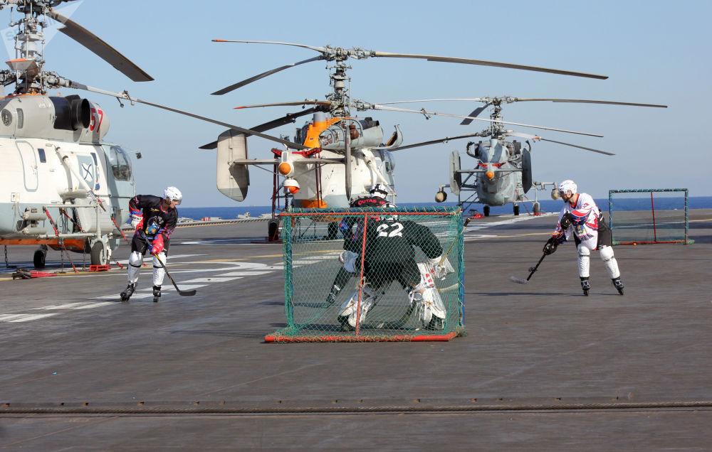 水兵們在「庫茲涅佐夫海軍上將」號重型載機導彈巡洋艦甲板上穿溜冰鞋打冰球。