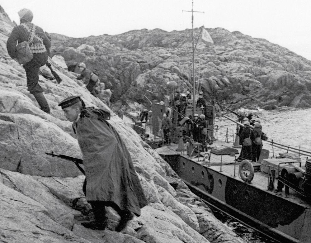 偉大衛國戰爭期間,北方艦隊的海軍陸戰隊員登陸德軍佔領的海岸。