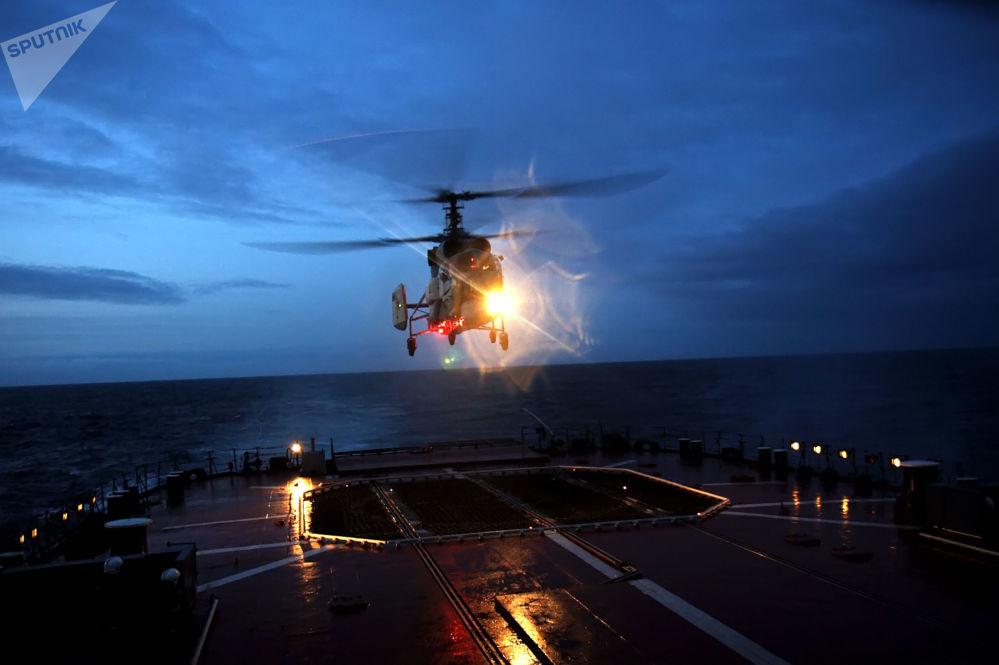北方艦隊戰艦支隊航空小組進行夜間飛行。