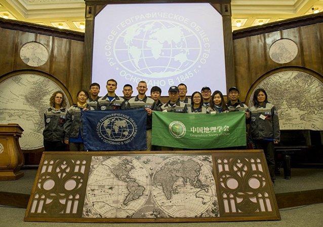 """""""戈格兰岛""""俄中生态探险活动中国参与者前往俄罗斯地理学会圣彼得堡总部"""