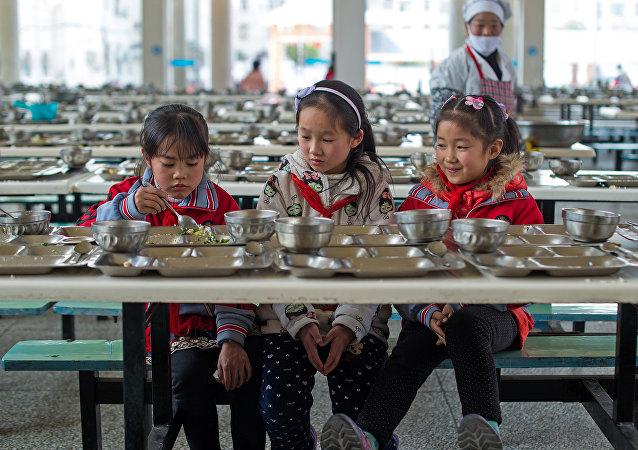 辽宁某学校用洗衣粉清洗学生餐具 用脚刷勺子