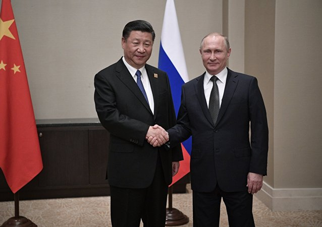 Президент РФ Владимир Путин и председатель КНР Си Цзиньпин во время встречи в Астане