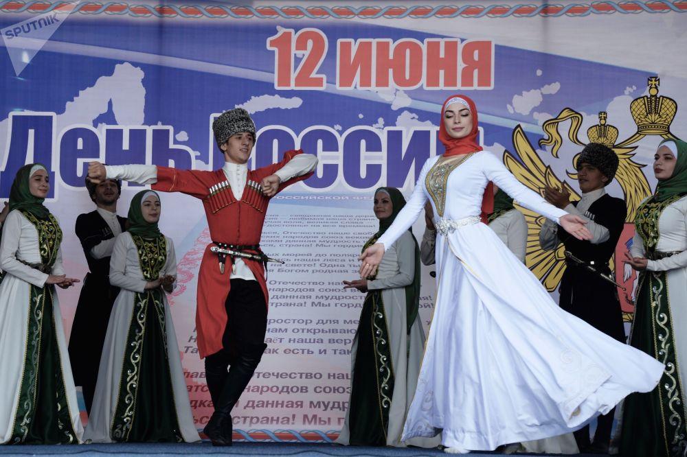 格羅茲內舉行音樂集會慶祝俄羅斯日。圖為扎曼霍伊歌舞團進行表演