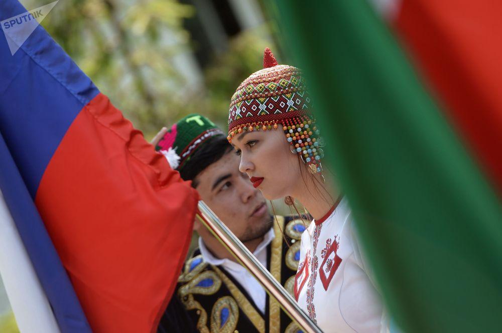 喀山市民在高爾基文化休閒公園舉行民眾遊行,慶祝俄羅斯日