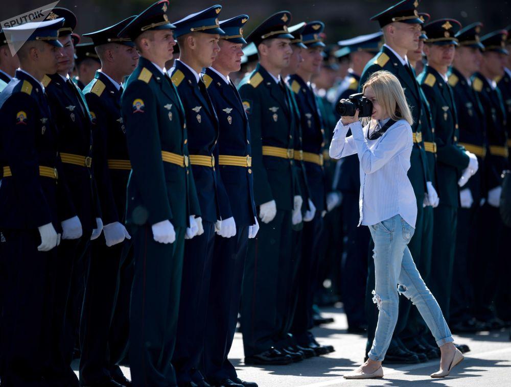 鄂木斯克坦克汽車工程學院畢業生在大教堂廣場舉行畢業典禮,以迎接俄羅斯日