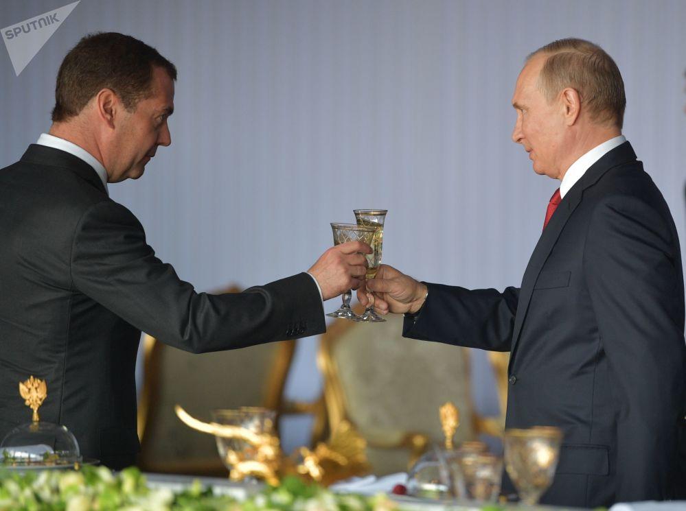 俄羅斯總統弗拉基米爾·普京與俄羅斯總理德米特里·梅德韋傑夫在克里姆林宮舉行盛大招待會,以慶祝俄羅斯日