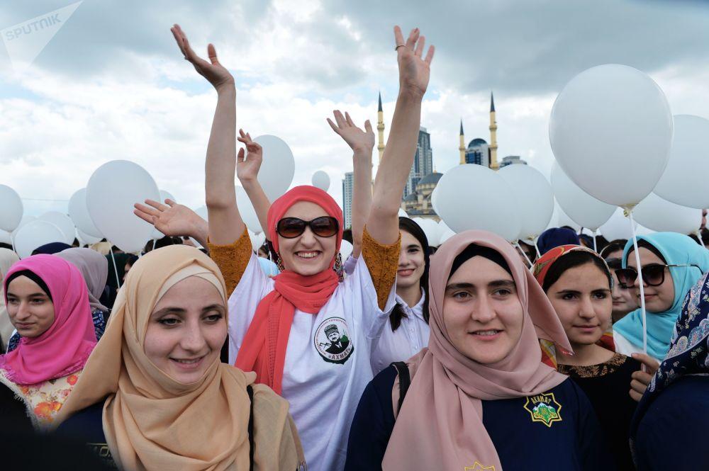 北高加索居民齊唱國歌,舉巨幅國旗街頭遊行,舉行多項體育活動。圖為格羅茲內音樂集會的參加者