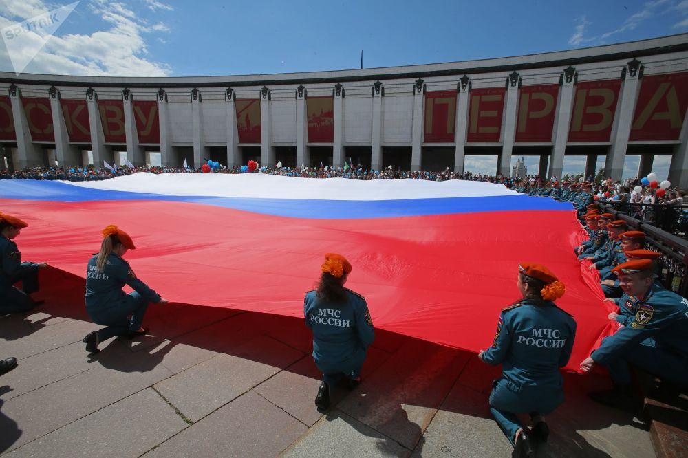 俄緊急情況部學員在莫斯科俯首山展開巨幅國旗