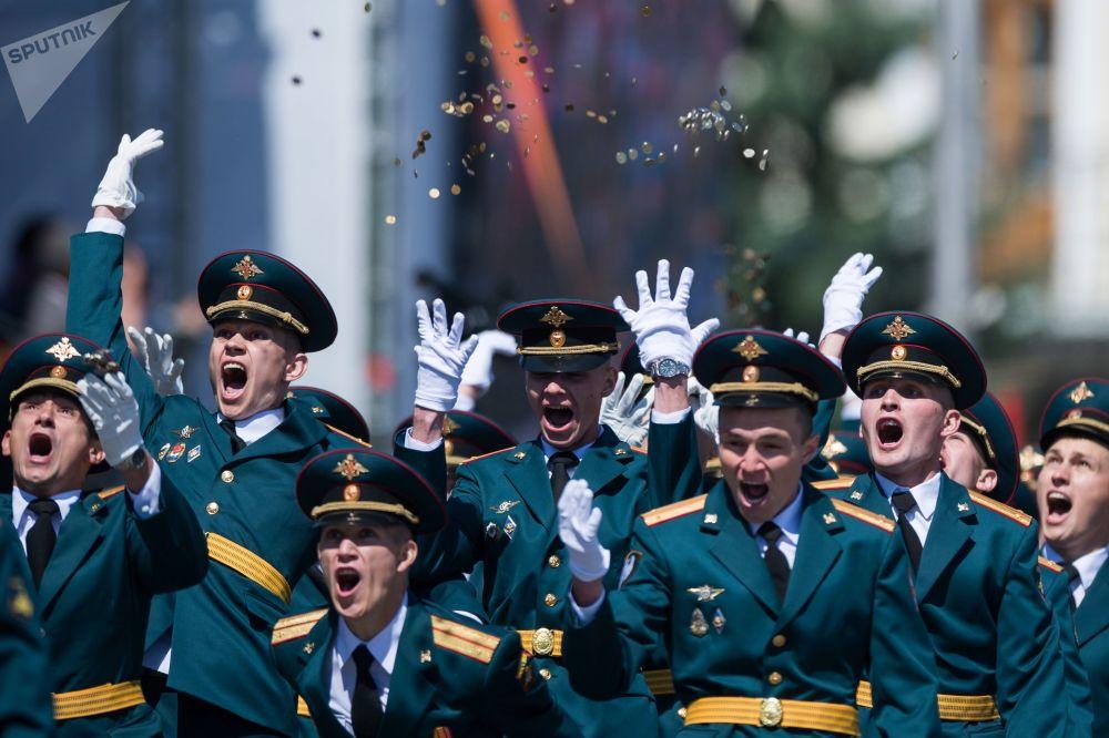 鄂木斯克坦克汽車工程學院學員在大教堂廣場舉行畢業典禮,以慶祝俄羅斯日