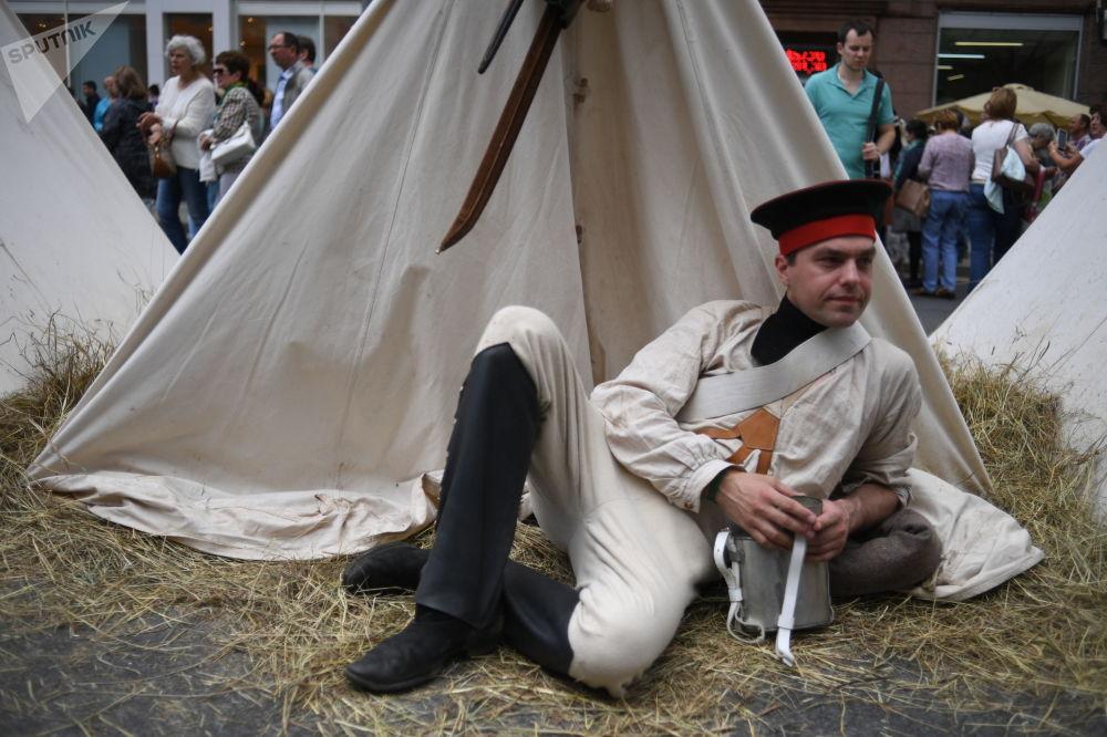 在特維爾大街參演「俄軍部隊一戰前接受檢閱」劇目的演員