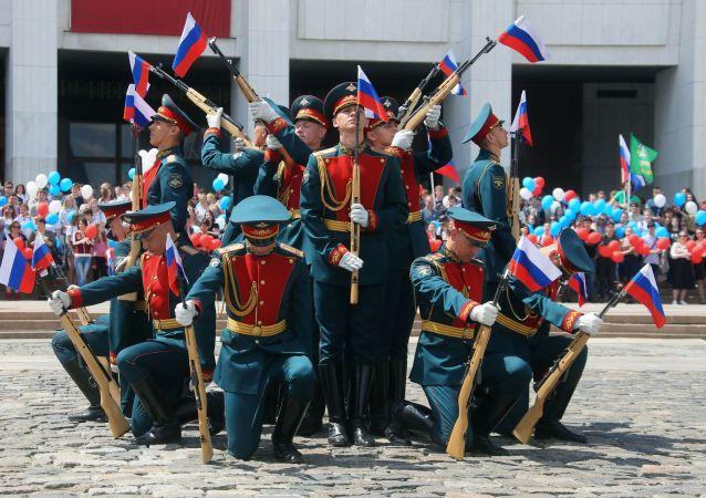 """""""普列奥布拉任斯基""""独立警卫团在莫斯科俯首山庆祝俄罗斯日"""