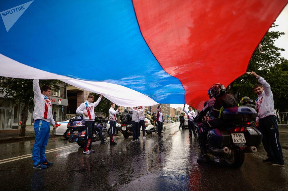 新西伯利亞民眾在列寧廣場舉行集會,迎接俄羅斯日