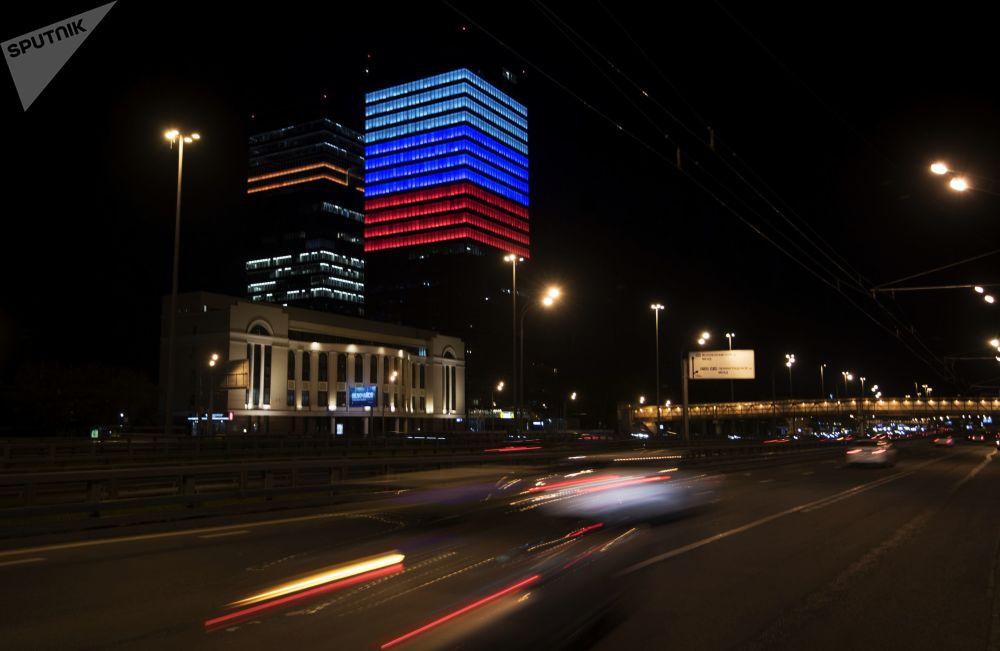 俄羅斯知名互聯網公司Mail.ru大樓亮起白藍紅三色燈,以慶祝俄羅斯日