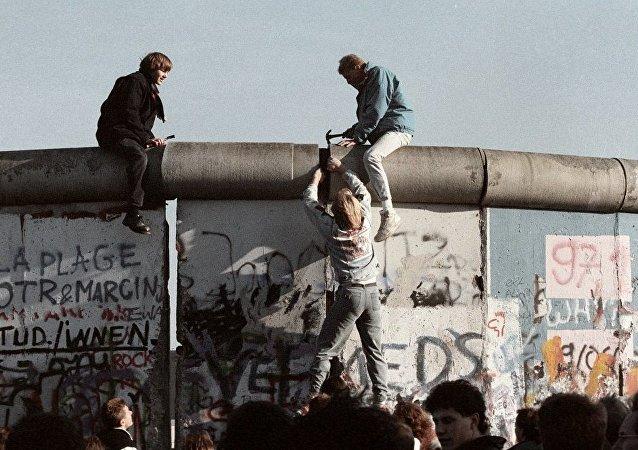 德國民主共和國的居民們在摧毀柏林牆