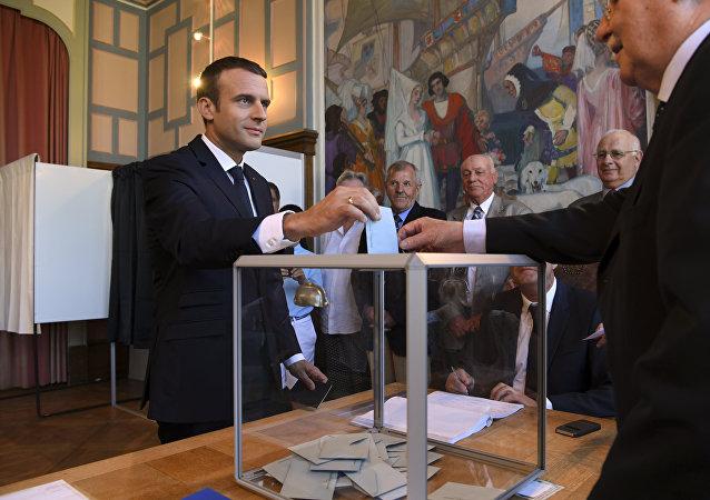 法国总统马克龙参与该国议会第二轮选举投票