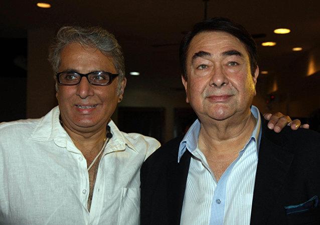 印度著名演員和作家卡普爾(左側)