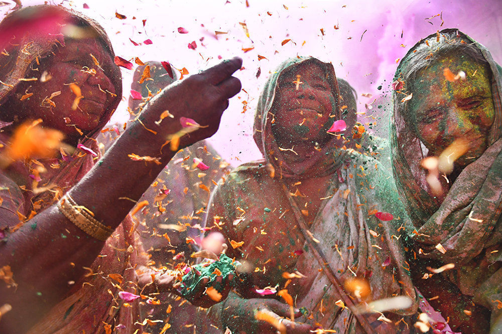 《印度色彩節上的寡婦》,印度攝影師沙希·謝加·卡什亞普