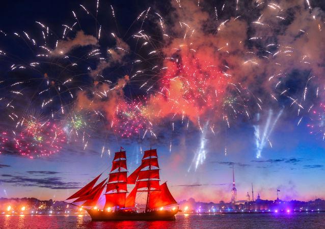 """圣彼得堡""""红帆节""""聚集了数万名中学毕业生"""