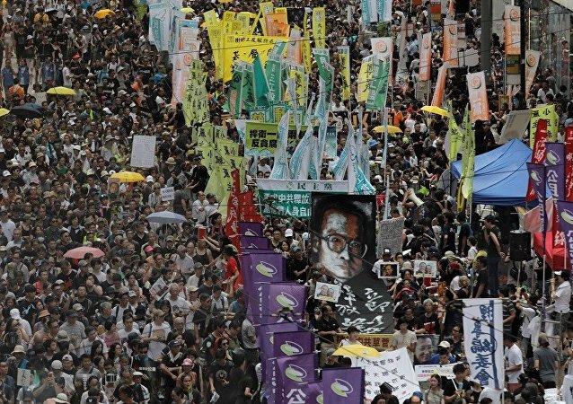 香港成千上萬人舉行遊行數支持民主