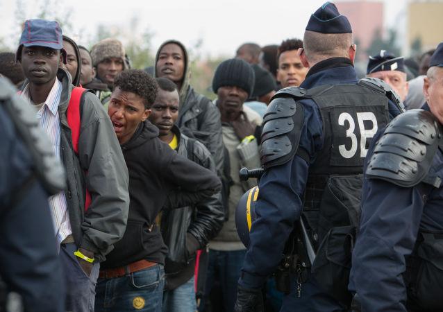 法國警方在戛納火車站拘留150多名難民