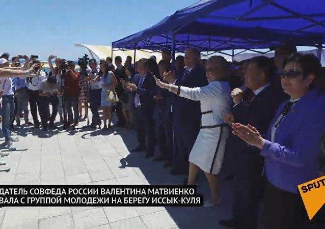 马特维延科在吉尔吉斯斯坦快闪舞蹈活动中与孩子们合影
