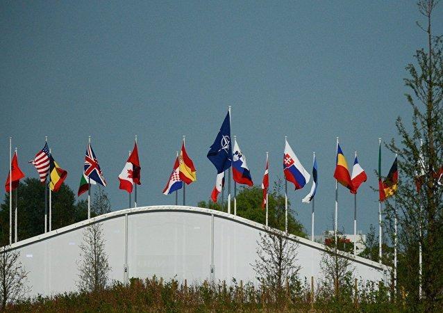 Флаги стран-участниц НАТО над офисом НАТО в Брюсселе