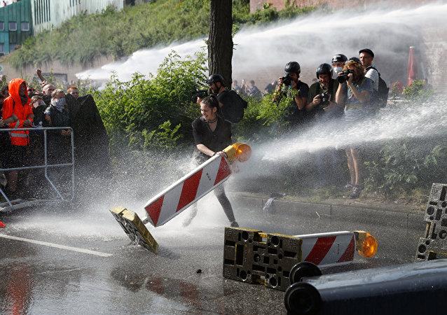 德國漢堡警方動用水炮驅散抗議人群