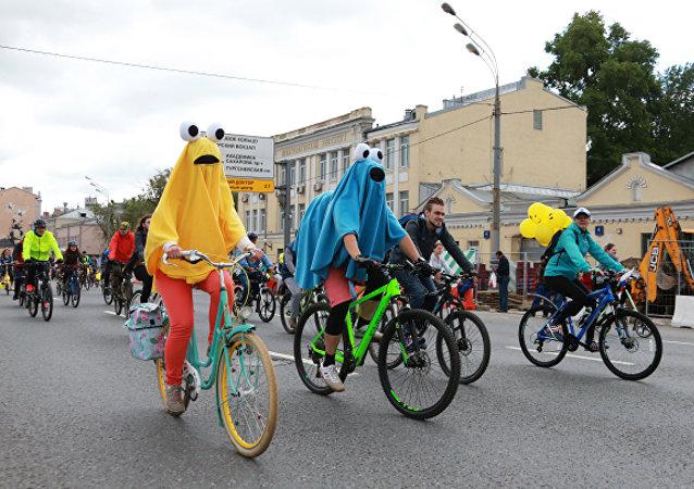 一万余人参加莫斯科自行车夜骑活动