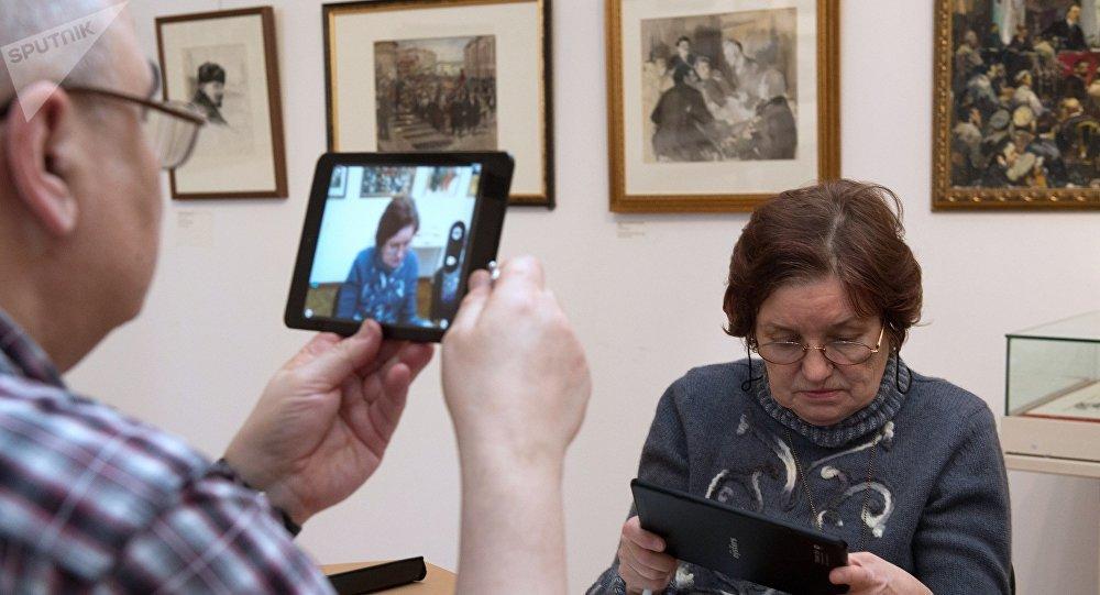 Обучение планшетной грамоте пожилых людей в музее-мастерской народного художника СССР Д.А. Налбандяна в Москве