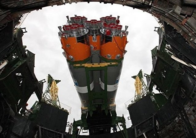 """俄罗斯""""联盟-2.1a""""火箭搭载73颗卫星从拜科努尔发射"""