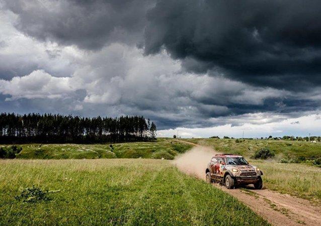 美國車手孟席斯在「絲綢之路」拉力賽汽車組第七賽段獲勝
