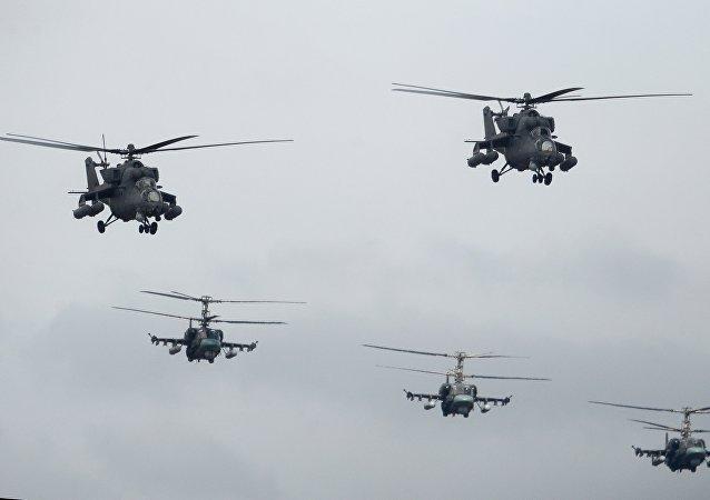 """16架俄军用直升机转场至乌拉尔参加上合组织""""和平使命-2018""""联合军演"""