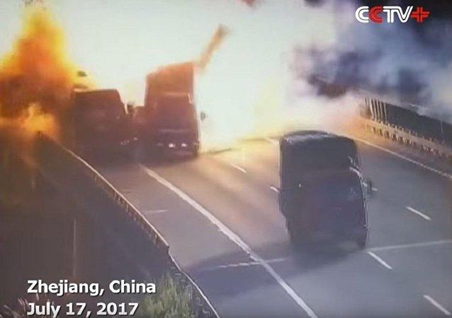 中国两货车相撞引发强烈爆炸