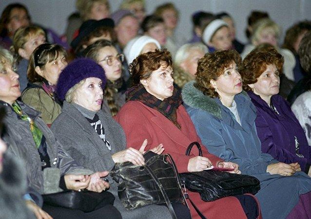 很多女性在觀看假巫師進行巫術表演/資料圖片/