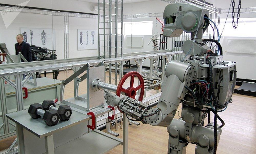 机器人费多尔不仅可以在城市和山区自主移动,使用工具,还可以驾驶交通工具。