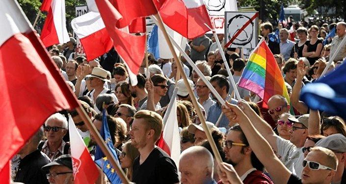 波蘭華沙憲法法院前爆發反對派大規模抗議活動