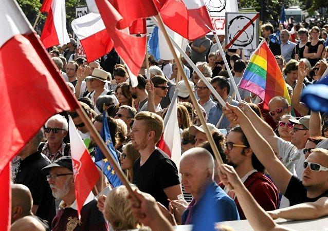 波兰华沙宪法法院前爆发反对派大规模抗议活动