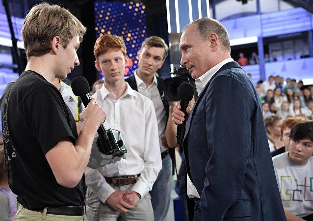 """俄罗斯总统普京与索契 """"天狼星""""教育中心的儿童交流"""