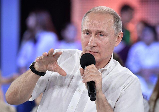 """普京总统在与索契 """"天狼星""""教育中心的儿童交流"""