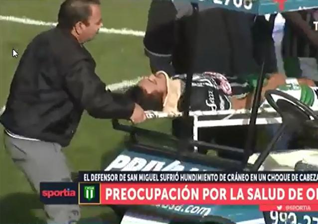 阿根廷一名裁判员在足球比赛时拯救了一名球员的性命