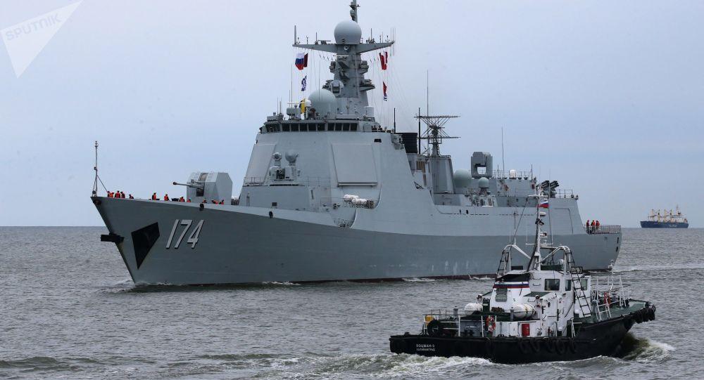 俄中兩國海軍在演習中協助「遇險的」潛艇