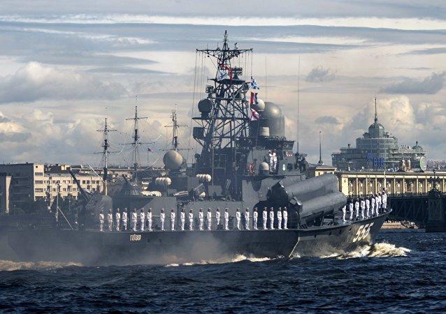 在圣彼得堡以及在符拉迪沃斯托克和塞瓦斯托波尔举行的海军阅兵式,都是俄罗斯海军建军节的重大庆祝活动之一。