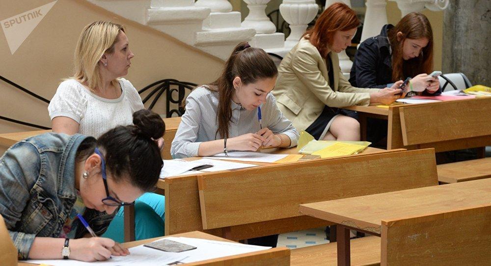 Абитуриенты, поступающие в Московский Государственный Университет имени М.В. Ломоносова