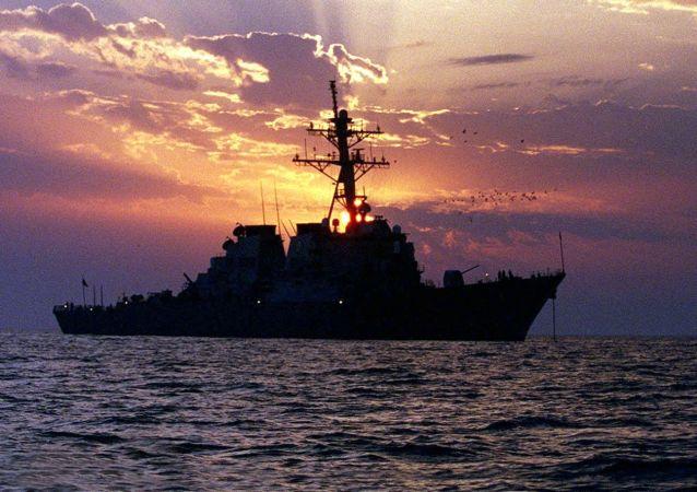 美国军舰向靠近其的伊朗船只鸣枪警示