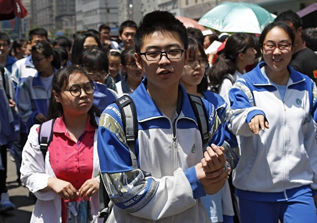 中国高校用无人机投递录取通知书